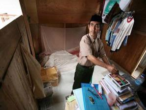 Karyana (38), menumpang tinggal di bilik sederhana, belakang ruang kelas Madrasah Ibtidaiyah Nurul Ikhlas.